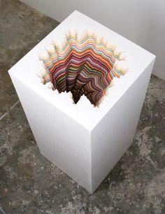 Jen Stark という方の作品。中に色を塗っているのではなく、色の違う紙を一枚一枚切って重ね合わせているようだ。 機械を使っているような文章はなったが、手作業とは思えない精密さである。