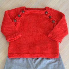 Une brassière pour bébé avec boutonnage sur le devant et forme de manches raglan.Ce modèle pour bébé est idéal pour les cadeaux de naissance. La brassière est volontairement tricotée plus lâche que préconisée aux aiguilles 3,5 au lieu de 3. Elle se tricot