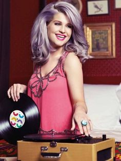 Lavender hair is another fall color. Kelly Osbourne looks fantastic with lavender hair. Kelly Osbourne, Ozzy Osbourne, Pastel Ombre, Pastel Hair, Purple Hair, Ombre Hair, Purple Gray, Gray Hair, Periwinkle