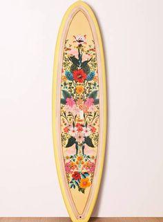 A prancha vem em três modelos diferentes nas cores salmão, amarelo e azul. Stand-up (www.farmrio.com.br), R$ 4209,00 Foto: Divulgação/