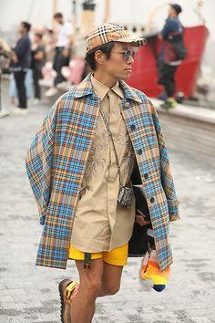 Street Style Leo Faria NY com look todo bege com trench coat xadrez azul claro e boina Burberry Trench, Leo, Burberry, Kimono Top, Coat, Women, Fashion, Beret, Princesses