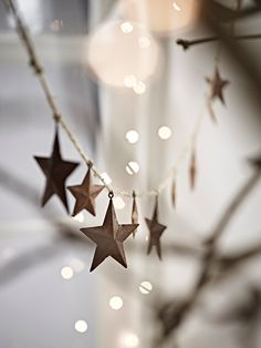 Perfect for creating a rustic festive display indoors or out, our Christmas star garland consists of a jute string hung with metal star shapes in two sizes, finished with a rich, warm rust.