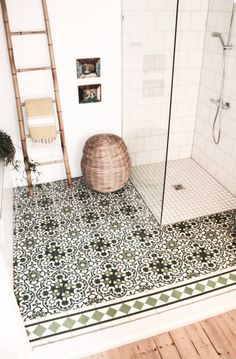A beautiful boho bathroom worthy of luxe Egyptian Cotton Towels from Caribbean Natural The post Begehbare Dusche. appeared first on Wohnen ideen. Boho Bathroom, Bathroom Interior, Bathroom Ideas, Bathroom Wall, Bathroom Laundry, Master Bathroom, Bathroom Makeovers, Bathroom Vanities, Modern Bathroom