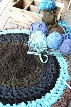 Don't throw away your old clothes-Tear them into even strips, wrap them in a ball and crochet a cool rug! Crochet Fabric, Crochet Home, Knit Crochet, Crochet Patterns, Crochet Carpet, Yarn Crafts, Sewing Crafts, Crochet Projects, Sewing Projects