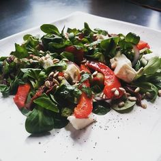 Sałatka z pieczoną papryką, serem feta, suszonymi pomidorami i roszponką posyoana prażonymi pestkami słonecznika