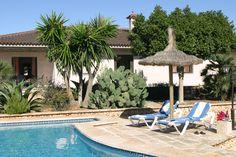 Fachada y piscina de la VILLA LLOBETS I
