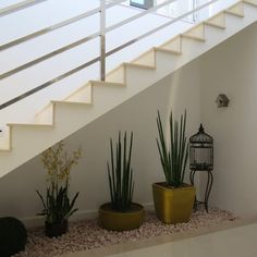 Ideas space under stairs ideas decor staircases Staircase Wall Decor, Stair Decor, Modern Staircase, Home Stairs Design, House Design, Under Stairs Nook, Small Garden Under Stairs, Table Decor Living Room, House Plants Decor