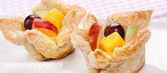 Leuke en lekkere bakjes van bladerdeeg gevuld met custard pudding en vers fruit
