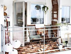 einladende Balkonmöbel aus Holz kombiniert mit Holzfliesen