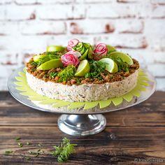 Klassinen lohihyydykekakku valloittaa juhlissa. Kakku on tehty nurinkurin-periaatteella - pohjasta tulikin pinta. Pannulla paistetut ruismurut antavat kakulle mukavaa rakennetta. Juhlavuutta lisäävät retiiseistä ja kurkusta kieritetyt ruusut.