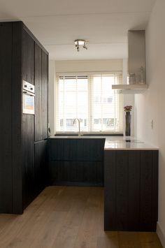 wit blad - houten vloer zwarte eiken keuken -