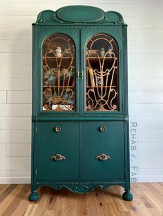 An earthy, vibrant green! 📸: Rehab to Fab Painted China Hutch, China Hutch Decor, Green Painted Furniture, Chalk Paint Furniture, Diy Dresser Makeover, Dresser Makeovers, Furniture Makeover, Upcycled Furniture Before And After, Vintage Hutch