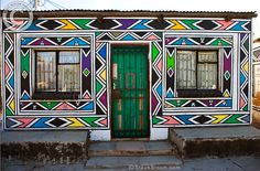 Photograph of Artwork on a Ndebele house, South Africa - License this photo from Steve Bloom Images African Hut, African Tribes, South African Design, South African Art, World Crafts, Pattern Images, Textiles, Tribal Art, Geometric Designs