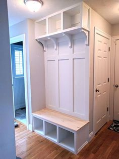 Easy DIY Mudroom Bench Ideas For Inspiration 29 Mudroom Bench Bench DIY easy Ideas Inspiration Mudro Hall Tree Bench, Reno, Mudroom, Home Projects, Living Room Designs, Decoration, Diy Furniture, Furniture Stores, Diy Home Decor