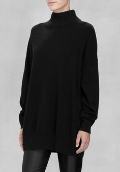 LYKKE LI An ultra-comfy cashmere sweater with a slightly loose fit.