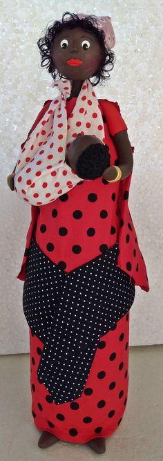 Boneca africana confeccionada em garrafa de vidro, busto e cabeça em biscuit, cabelo em kanekalon, roupagem em tecido algodão
