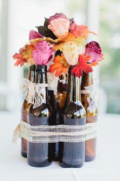 Botellas con flores unidas con un lazo  . Hazlo tu misma para tu boda