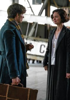 Fantastic Beasts and Where to Find Them - Newt and Tina. NOTICE coat and wool skirt are the same length Fantastic Beasts Movie, Fantastic Beasts And Where, Harry Potter Universal, Harry Potter World, Lorde, Narnia, Porpentina Goldstein, Eddie Redmayne, Weird Creatures