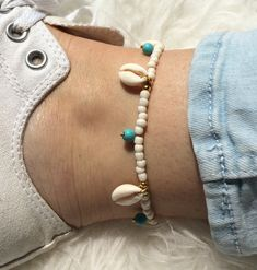 Ankle-strap gold with off-white rocaille beads, turqoise beads of howlite and the sea shells, closure and extension chain Shell Bracelet, Anklet Jewelry, Summer Jewelry, Off Colour, Boho Gypsy, Sea Shells, Off White, Ankle Strap, Craft Ideas