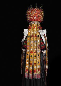 Opulente Tradition: Ein Kranz aus Glasperlen, Spiegelplättchen und Rosmarinzweigen krönt das verzierte Brautgewand der Österten Tracht aus Schaumburg-Lippe