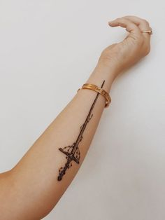 Long but narrow tattoo on arm that looks very sexy!