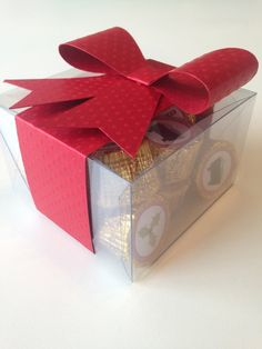 Caixa de acetato com fita e laço feito em papel texturizado 180g com 14 unidades de chocolate alpino decorados com adesivo natalino.    *atendemos com cnpj somente para empresas.  *antes de fechar pedido, verifique o tempo de produção. R$ 28,00