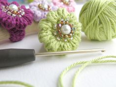 Häkelring - Anemone I don't like the idea of a ring, but they would make cute buttons...