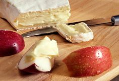 15 Healthy Snacks Under 200 Calories // low calorie snacks: apple and brie c Thinkstock Low Fat Snacks, Low Calorie Snacks, Low Calorie Recipes, Healthy Junk, Healthy Treats, Eating Healthy, Yummy Treats, Healthy Life, Healthy Living