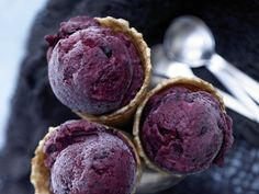 Quick berry ice cream with cinnamon and buttermilk. Eat smarter Quick berry ice cream with cinnamon and buttermilk. Frozen Meals, Frozen Desserts, Low Carb Desserts, Gelato, Dessert Drinks, Dessert Recipes, Parfait Desserts, Sorbets, Eat Smarter