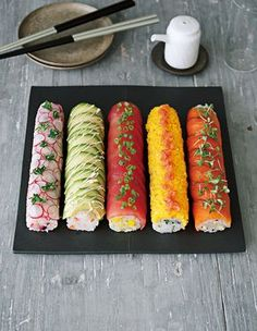 Sushi-Rolle ohne eine Sushi-Matte You are in the right place about salmon Sushi Here we offer you the most beautiful pictures about the Sushi sashimi you are looking for. When you examine the Sushi-Ro Ramen Recipes, Asian Recipes, Cooking Recipes, Sushi Roll Recipes, Easy Recipes, Cooking Food, Yummy Food, Tasty, Sushi Recipes