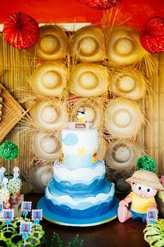 Bolo de pasta americana para festa com tema Chico Bento. Painel de chapéus de palha fizeram o fundo da mesa de doces ficar ainda mais lindo! Foto: Analu Saraiva