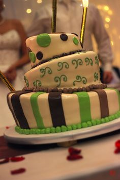 Green-white-brown wedding cake photo
