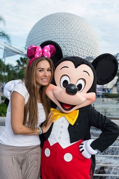 #DisneyFamilia Celebridades Have Fun With Their Favorite Disney Characters!