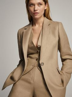 The most elegant women's blazers at Massimo Dutti. Discover the latest Spring/Summer 2020 collection of wool, linen or tweed blazers in regular or slim fit. Beauty And Fashion, Suit Fashion, Fashion 2020, Fashion Outfits, Blazers For Women, Suits For Women, Women's Blazers, Linen Suit, Colourful Outfits