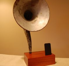 iPhone or iTouch Gramophone Using a Vintage Magnovox Speaker