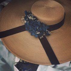 De cerca #pamela #hortensias & #paniculata #tocadospersonalizados #invitada #tocado #boda #bodas2017 #terciopelo #velvet #azul #outfitblue #invitadaperfecta #invitadasdeotoño  y mencion de @javi_palace_tv #Escarlata #vuelveatara #mehaencantado