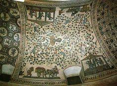 Mausoleo di Santa Costanza a Roma, 340-345, fatto costruire da Costantina, figlia di Costantino I. In origine la cupola era tutta ricoperta da mosaici che vennero distrutti nel 1620 perchè molto rovinati. I mosaici della volta del deambulatorio sono ancora quelli originali.