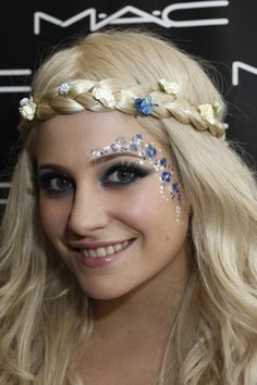 Pixie lott - festival hair and make-up inspiration! pixie lott - flower braid and face paint hippie costume Festival Paint, Look Festival, Pixie, Hippie Carnaval, Hippie Make Up, Rave Halloween, Halloween Makeup, Halloween Costumes, Blue Face Paint