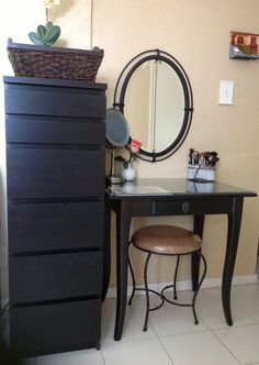 A Make-up Organizer and Vanity - that's not a makeup organizer that's a makeup dresser. Vanity Makeup Rooms, Makeup Dresser, Malm Dresser, Dressers, Ikea Dressing Table, Dressing Room, Makeup Storage Organization, Make Up Storage, Make Up Organiser