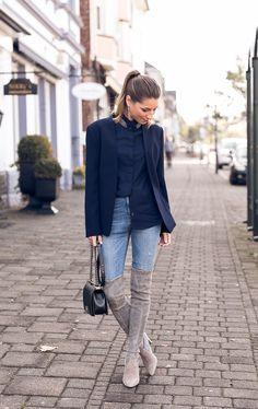 Die Stiefel sind zurück :: Overknees, Blazer, Stehkragenbluse & Jeans