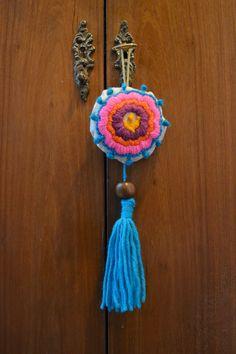 borlas decorativas de bordado mexicano Yarn Crafts, Diy And Crafts, Arts And Crafts, Hanging Mobile, Craft Bags, Diy Crochet, Handmade Shop, Deco, Needlework