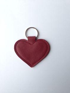 Dunkelroter Herz-Schlüsselanhänger handgefertigt aus echtem Leder.  Der Schlüsselanhänger ist ca. 7 lang und hat eine Breite von ca. 7cm (gemessen ohne Schlüsselring). Die Farbe des...
