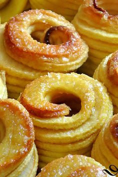 pommes au four en robe de caramel dans desserts aux fruits You are in the right place about simple Desserts Here we offer you the most beautiful pictures about the pumpkin Desserts you are looking for Apple Dessert Recipes, Summer Dessert Recipes, Easy Desserts, Baking Recipes, Cake Recipes, Baking Desserts, Thanksgiving Drinks, Thanksgiving Outfit, Baked Apples