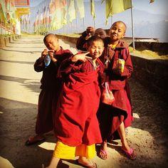COOL sein ist überall auf der Welt IN.  Junge Nonnen in einem buddhistischen Kloster. NEPAL - ein Ziel auf Ihrer Reise um die Welt? Ob im Kloster oder im 5-Sterne-Hotel. WELTREISE-TRAUM macht aus Ihren Träumen Wirklichkeit! Ganz individuell, massgeschneidert nur für Sie! www.weltreise-traum.com  (Photo by weltreise-traum)