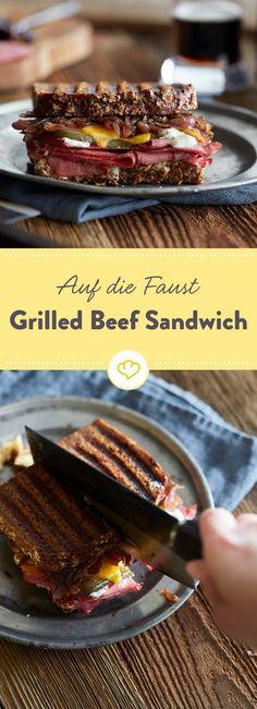 Hol dir ein Stück USA auf den Teller. Zwischen dieses süchtigmachende Grilled Beef Sandwich kommen Pastrami, Guinness Zwiebeln, Gurken und reifer Cheddar. Pastrami Sandwich, Roast Beef Sandwich, Burger Co, Cheddar, American Diner, Grilled Beef, Wrap Sandwiches, Teller, Sandwich Recipes