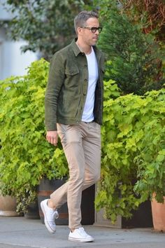 Ryan Reynolds: Most Requested Style Icon Ryan Reynolds: Most Reques. - Ryan Reynolds: Most Requested Style Icon Ryan Reynolds: Most Requested Style Icon Chinos Men Outfit, Outfit Jeans, Sneakers Mode, Sneakers Fashion, Running Sneakers, Sneakers Style, Casual Sneakers, Casual Shoes, Ryan Reynolds Style