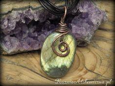 Nieopodal Kuźni w starej Chacie Alchemika w mym Kociołku powstają rzeczy pełne magii i energii...  Zapraszam Cię do mojego świata pełnego kamieni, minerałów, symboli, ziół i kotów ...