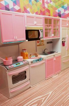 This Barbie Vogue Modern kitchen is 4 glorious pieces that can be arranged however you like! All cabinets open. Comes with: Oven with silver stove and fan with cabinets with storage (batteries not