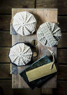 Paksusta kalalangasta virkattu pesin on mainio lahja tai mökkituliainen. Voit tehdä joka perheenjäsenelle omansa, sillä pesimien virkkaaminen on nopeaa ja kivaa ajanvietettä. Katso ohje Kotiliesi.fi:stä! Love Crochet, Beautiful Crochet, Knit Crochet, Little Gifts, Handicraft, Crochet Stitches, Diy Gifts, Diy And Crafts, Crochet Earrings