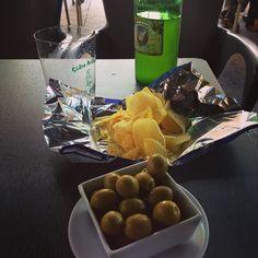 La mejor forma de terminar el día   #ideassoneventos #sidra #aceitunas #patatitas #tapas #food #instafood #ñamñam #desconexión #relax #disfrutar #momentosderelax #vacaciones #asturias #holidays #paraísonatural